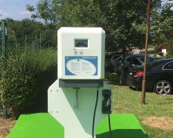 Санта Марина с удоволствие съобщава, че разполага с нова станция за зареждане на електрически превозни средства!